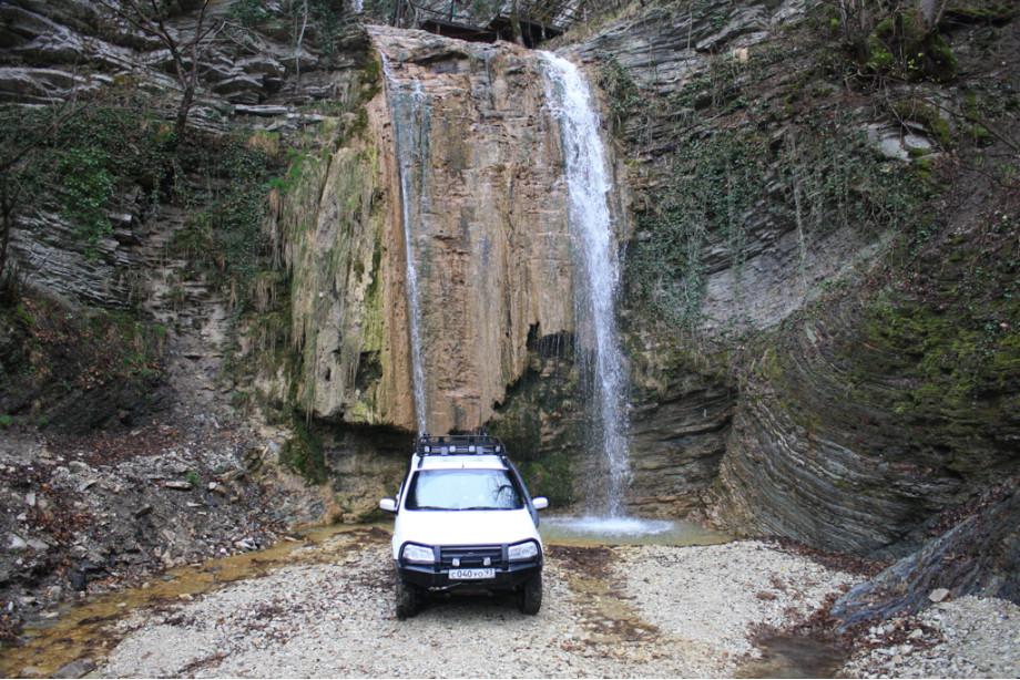 На фоне Тенгинского водопада