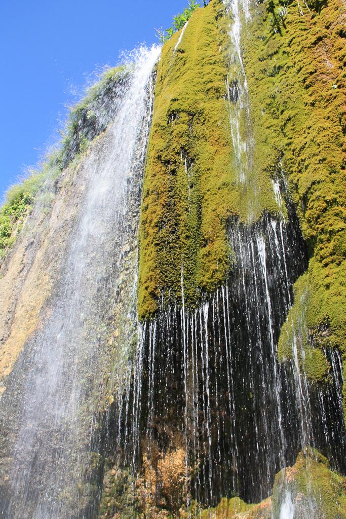 Водопад возле пещеры под г.Шапка