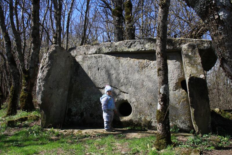 дольмен №2 -  8000 тысяч лет стоит и в таком прекрасном состоянии!