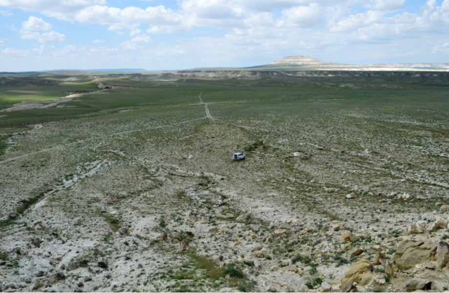 Вдалеке гора Жалган.